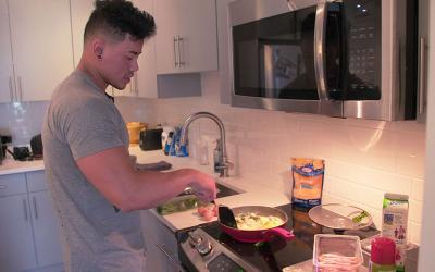 [Video] What Physique Pros Eat for Breakfast | Steven Cao's High Protein Egg Scramble